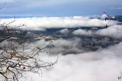 Η πόλη σε μια ομιχλώδη ελαφριά ομίχλη στοκ εικόνες με δικαίωμα ελεύθερης χρήσης