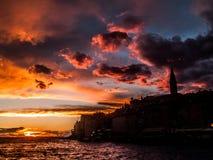 Η πόλη σκιαγραφιών Rovinj, Κροατία κεντρική Ευρώπη στο ηλιοβασίλεμα στοκ φωτογραφίες