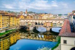Η πόλη της Φλωρεντίας και το Ponte Vecchio, μια μεσαιωνική γέφυρα πέρα από τον ποταμό Arno Στοκ Φωτογραφία