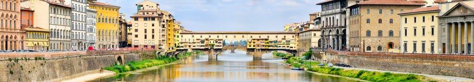 Η πόλη της Φλωρεντίας και το Ponte Vecchio πέρα από τον ποταμό Arno Στοκ φωτογραφία με δικαίωμα ελεύθερης χρήσης