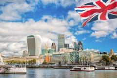 Η πόλη του Λονδίνου με βάρκα στο Ηνωμένο Βασίλειο Στοκ Εικόνες