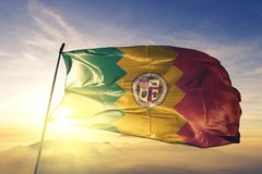 Η πόλη του Λος Άντζελες των Ηνωμένων Πολιτειών σημαιοστολίζει το υφαντικό ύφασμα υφασμάτων κυματίζω στη τοπ ομίχλη υδρονέφωσης αν στοκ φωτογραφία με δικαίωμα ελεύθερης χρήσης