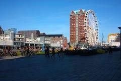 Η πόλη του Ρότερνταμ, τα σύγχρονα κτήριά της, η μητρόπολη και τα μεγάλα ferris κυλούν στοκ φωτογραφία
