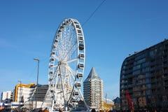Η πόλη του Ρότερνταμ, τα σύγχρονα κτήριά της, η μητρόπολη και τα μεγάλα ferris κυλούν στοκ φωτογραφία με δικαίωμα ελεύθερης χρήσης