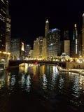 Η πόλη του Σικάγου και του ποταμού του Σικάγου τη νύχτα στοκ εικόνες