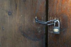 η πόρτα κλείδωσε παλαιό ξύ&lambd Στοκ Εικόνες