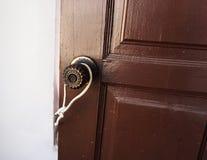 Η πόρτα-παλαιά λαβή συνδέθηκε με ένα καλώδιο Στοκ Φωτογραφία
