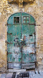 η πόρτα πλαισίωσε πράσινο π&al στοκ φωτογραφία