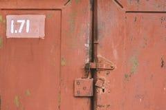 Η πόρτα που κλειδώνεται παλαιά στο παραθυρόφυλλο ανασκοπήσεις που τίθεν&tau Στοκ Εικόνα