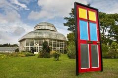 Η πόρτα που οδηγεί στον κήπο στοκ φωτογραφίες