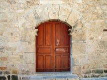 Η πόρτα στον αρχαίο τοίχο Στοκ Εικόνες