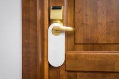 Η πόρτα του δωματίου ξενοδοχείου με το κενό σημάδι παρακαλώ δεν ενοχλεί Στοκ εικόνα με δικαίωμα ελεύθερης χρήσης
