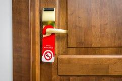 Η πόρτα του δωματίου ξενοδοχείου με το σημάδι παρακαλώ δεν ενοχλεί Στοκ Φωτογραφίες