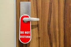 Η πόρτα του δωματίου ξενοδοχείου με το σημάδι παρακαλώ δεν ενοχλεί Στοκ εικόνα με δικαίωμα ελεύθερης χρήσης