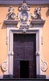 Η πόρτα του καθεδρικού ναού που αφιερώνεται σε Άγιο Croce και τη Virgin και το μάρτυρα Άγιος Trofimena, Minori, Σαλέρνο, Ιταλία Στοκ φωτογραφία με δικαίωμα ελεύθερης χρήσης
