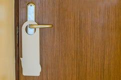 Η πόρτα του δωματίου ξενοδοχείου με το κενό σημάδι παρακαλώ δεν ενοχλεί Στοκ Φωτογραφία
