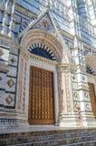 Η πόρτα του όμορφου μαρμάρινου καθεδρικού ναού του IL Duomo ή η εκκλησία με τη νέα γυναίκα το καλοκαίρι ντύνει, Σιένα, Ιταλία, Ευ Στοκ φωτογραφίες με δικαίωμα ελεύθερης χρήσης