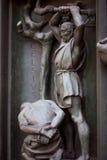 Η πόρτα του duome, Μιλάνο, executioner εκτελεί τον άνθρωπο Bas-ανακούφιση χαλκού Στοκ φωτογραφία με δικαίωμα ελεύθερης χρήσης
