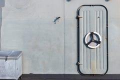 Η πόρτα χάλυβα στο θωρηκτό στη μεσημβρία στοκ εικόνες με δικαίωμα ελεύθερης χρήσης