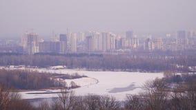 Η πόλη είναι στις όχθεις ενός παγωμένου ποταμού απόθεμα βίντεο