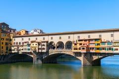 Η πόλη και το Ponte Vecchio της Φλωρεντίας γεφυρώνουν τον ποταμό Arno στοκ εικόνες