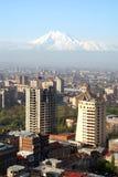 Η πόλη και Ararat Jerevan τοποθετούν την άποψη ματιών πουλιών Στοκ φωτογραφία με δικαίωμα ελεύθερης χρήσης