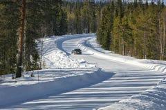 η πόλη κοντά στο δρόμο σιδηροδρόμων λάμπει ήλιος χιονιού στο χειμερινό δάσος Στοκ φωτογραφία με δικαίωμα ελεύθερης χρήσης
