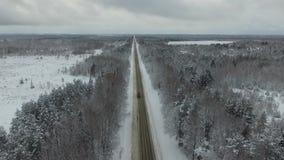 η πόλη κοντά στο δρόμο σιδηροδρόμων λάμπει ήλιος χιονιού στο χειμερινό δάσος απόθεμα βίντεο