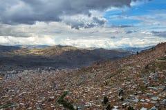 Η πόλη του Λα Παζ που βλέπουν από τη EL Alto και τα περιβάλλοντα βουνά στο υπόβαθρο, στη Βολιβία Στοκ Φωτογραφίες