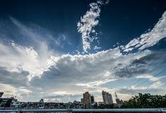 Η πόλη του μπλε ουρανού και των σύννεφων Στοκ Φωτογραφία