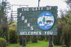 Η πόλη των δικράνων σας καλωσορίζει - γνωστός από τις σειρές και τα μυθιστορήματα λυκόφατος - ΔΙΚΡΑΝΑ - ΟΥΑΣΙΓΚΤΟΝ στοκ εικόνες