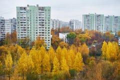 η πόλη φθινοπώρου στεγάζει τα δέντρα φύλλων κίτρινα Στοκ φωτογραφία με δικαίωμα ελεύθερης χρήσης