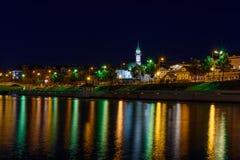 Η πόλη Kazan κατά τη διάρκεια μιας όμορφης θερινής νύχτας με τα ζωηρόχρωμα φω'τα Στοκ Φωτογραφία