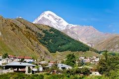Η πόλη Kazbegi και τοποθετεί Kazbek στη Γεωργία στοκ φωτογραφία