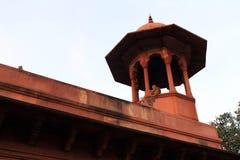 Η πύλη εισόδων που πηγαίνει σε Taj Mahal σε Agra και μερικούς πιθήκους ρ στοκ φωτογραφία με δικαίωμα ελεύθερης χρήσης