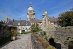 Η πύλη εισόδων στο μουσείο του Castle και η βασιλική της Notre Dame στο υπόβαθρο, Boulogne-sur-Mer, υπόστεγο δ ` Opale, Pas de ασ Στοκ φωτογραφία με δικαίωμα ελεύθερης χρήσης