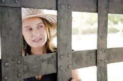 η πύλη φαίνεται γυναίκα Στοκ φωτογραφίες με δικαίωμα ελεύθερης χρήσης