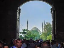 Η πύλη για να φθάσει στο μπλε μουσουλμανικό τέμενος Στοκ φωτογραφία με δικαίωμα ελεύθερης χρήσης