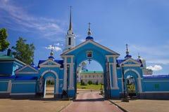Η πύλη εισόδων του μοναστηριού ενάντια στο μπλε ουρανό, ο ορίζοντας πόλεων Στοκ εικόνες με δικαίωμα ελεύθερης χρήσης
