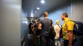 η πύλη εξόδων διαδρόμων αερολιμένων πηγαίνει ρολόι βημάτων αεροπλάνων ανθρώπων σας Οι άνθρωποι διαδρόμων πηγαίνουν κατευθείαν