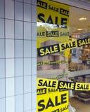 Η πώληση λέξης στο παράθυρο αγορών κατά τη διάρκεια του χρόνου χειμερινής πώλησης Στοκ φωτογραφία με δικαίωμα ελεύθερης χρήσης