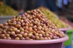 Η πώληση των ελιών στο ανατολικό Bazaars στοκ φωτογραφία