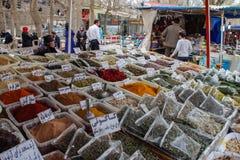 Η πώληση των καρυκευμάτων στα bazaars του Ιράν στοκ φωτογραφία