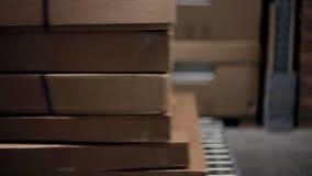 Η πλάγια όψη ενός καροτσακιού με τα κουτιά από χαρτόνι σε το, πόδια κοριτσιών περνά από τη κάμερα φιλμ μικρού μήκους