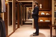 Η πλάγια όψη του ατόμου προσπαθεί σε ένα κοστούμι Στοκ Εικόνες