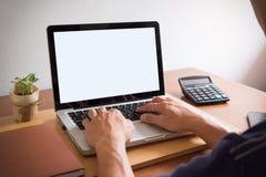 η πλάγια όψη του lap-top είναι στον πίνακα εργασίας σε ένα γραφείο conner Στοκ Φωτογραφία