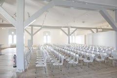 Άσπρα καθίσματα σε έναν φωτεινό αερώδη τόπο συναντήσεως Στοκ Εικόνες