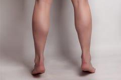 Η πλάτη κοριτσιών ομορφιάς ασθμαίνει τη σειρά που απομονώνεται πέρα από το γκρίζο υπόβαθρο Στοκ Φωτογραφία