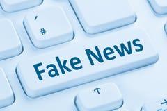 Η πλαστή αλήθεια ειδήσεων βρίσκεται σε απευθείας σύνδεση μπλε υπολογιστής Κ κουμπιών Διαδικτύου μέσων Στοκ Φωτογραφία