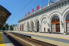 Η πλατφόρμα και η οικοδόμηση του σιδηροδρομικού σταθμού στο Sochi Στοκ Φωτογραφία